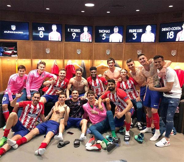 Niềm vui của các cầu thủ Atletico Madrid trong phòng thay đồ khi lọt vào chung kết Europa League