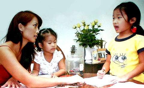 Cathy dạy hai con gái học.