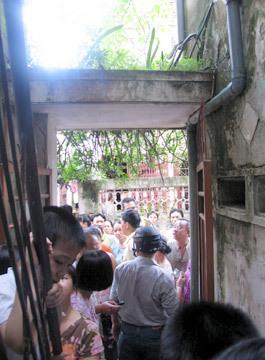 Người lớn, trẻ em trèo cả lên tầng hai để xem.