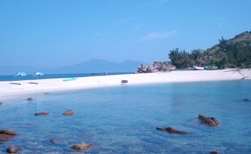 Bãi tắm đôi rất nổi tiếng. Mùa nước lên, nước sẽ tràn qua doi cát.