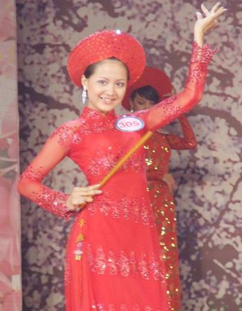 Ngô Thị Hằng Nga, Phú Thọ tạo dáng với cây sáo.