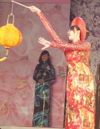 Trần Thị Thùy Dương, TPHCM đạt danh hiệu Người đẹp áo dài với phần trình diễn sáng tạo.