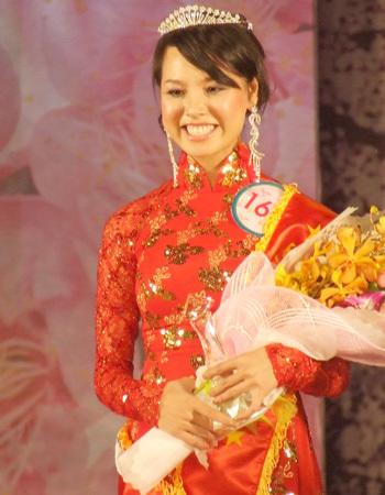 Người đẹp hoa anh đào Dương Thị Mộng Hoài trong giây phút đăng quang.