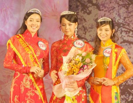 Từ trái qua: Giải nhì 1 Trần Ngọc Nguyên Khánh, Giải nhất Dương Thị Mộng Hoài và Giải nhì 2 Trần Ngọc Thiên Ly.