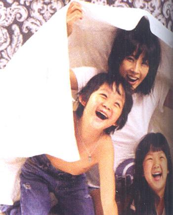 Choi Ji Shil và hai con. Ngay sau khi ly dị, nữ diễn viên đã đổi họ của hai con sang họ mẹ.