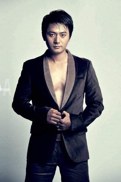 Trương Minh Cường có khuôn mặt hao hao giống nam diễn viên Jang Dong Gun của Hàn Quốc.