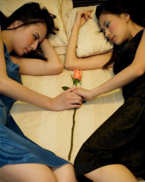 asian-twin-sisters-on-bed-with-rosea-152