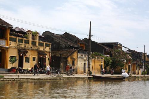 Bạn có thể tản bộ, đi xe đạp dọc sông Hoài.