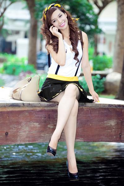 Hot girl Quỳnh Chi pose hình cực xinh trong trang phục sọc vàng đen.