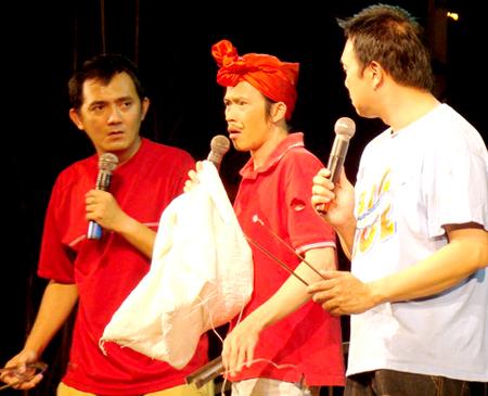 Hữu Lộc (đầu tiên bên trái) và nghệ sĩ Hoài Linh trên sân khấu hài.