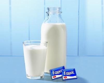 Hình 2: Nếu thích vị ngọt, bạn có thể thêm một đến 2 đơn vị đường ăn kiêng để sữa đậu nành thơm ngon hơn.