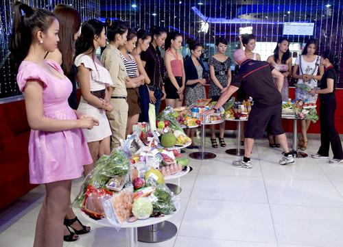 Chuyên gia kiểm tra những món thực phẩm các người đẹp đã mua về.