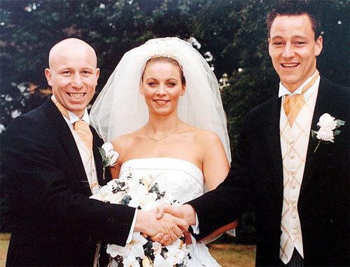 John Terry (phải) trong đám cưới của anh trai Paul.