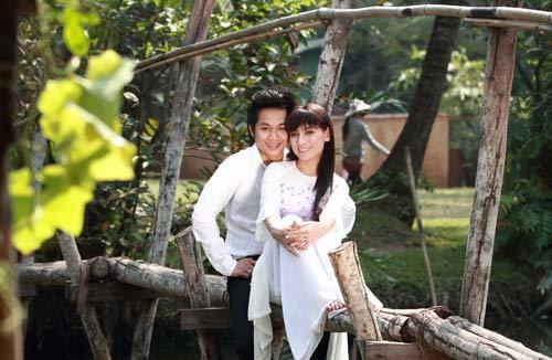 Quách Tuấn Du và Phi Nhung nghêu ngao hát và thể hiện sự tình tứ trên cây cầu khỉ.