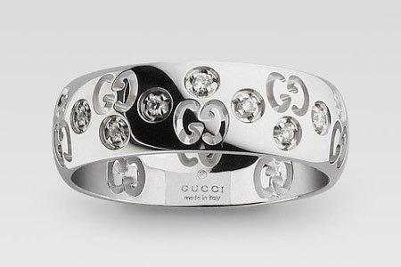 Nhẫn vàng trắng và kim cương Gucci.