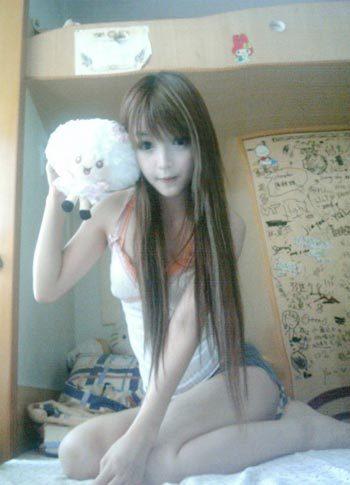 Cô bé búp bê này nhận được nhiều sự quan tâm của cộng đồng fan Hàn Quốc sau khi những bức ảnh của cô xuất hiện trên mạng.
