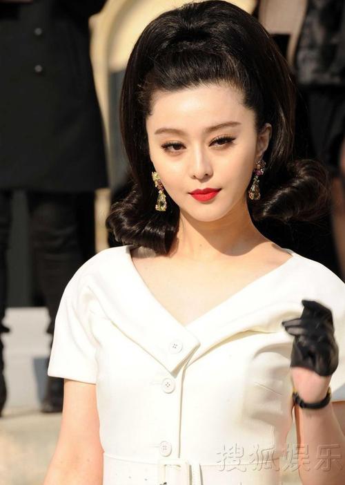 Hôm 4/3, Phạm Băng Băng tới Paris tham dự Tuần lễ thời trang Thu đông của Dior theo lời mời của hãng. Phong cách thời trang cổ điển nổi bật giúp cô nàng thu hút được sự chú ý của rất đông báo giới nước ngoài.
