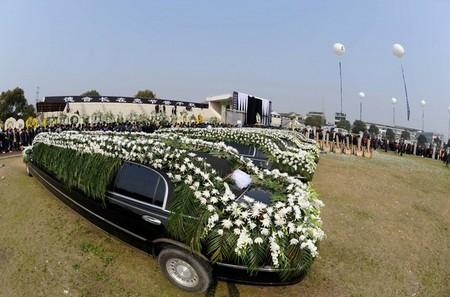Ngoài đoàn xe Lincoln limousines, khách tới chia buồn với gia chủ còn được chiêm ngưỡng nhiều chiếc xe sang trọng khác chở người thân của gia đình.