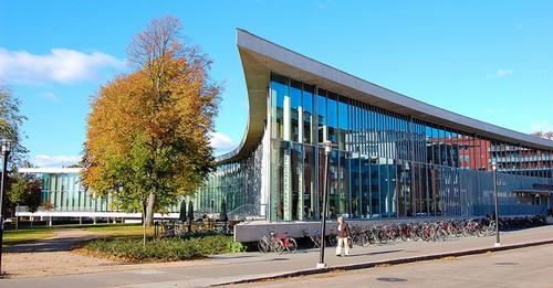 Thư viện Halmstad ở Thụy ĐIện được bao phủ bởi cây cối và có những bức tường kính trong suốt để mọi người có thể vừa đọc sách vừa ngắm cảnh.