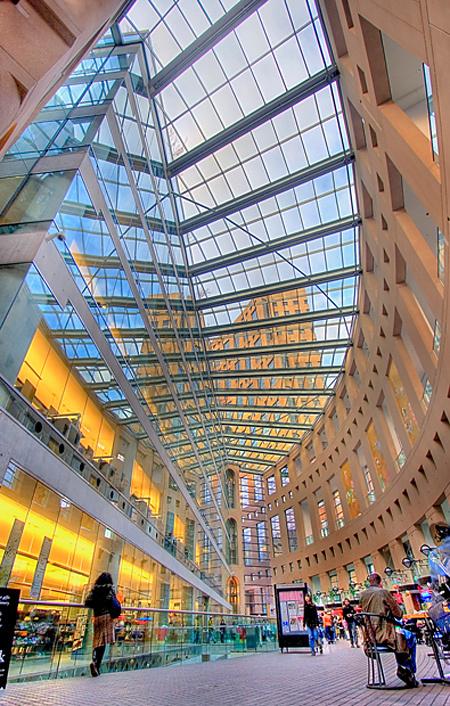 Thư viện Vancouver, Canada được xây hoàn toàn bằng kính và có hình như một quả cầu lớn.