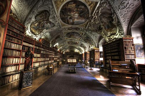 Thư viện Thần học Strahov. Thư viện được thiết kế theo kiểu tu viện Strahov này có 18.000 đầu sách về tôn giáo bao gồm nhiều ấn bản của sách kinh thánh với nhiều ngôn ngữ khác nhau.
