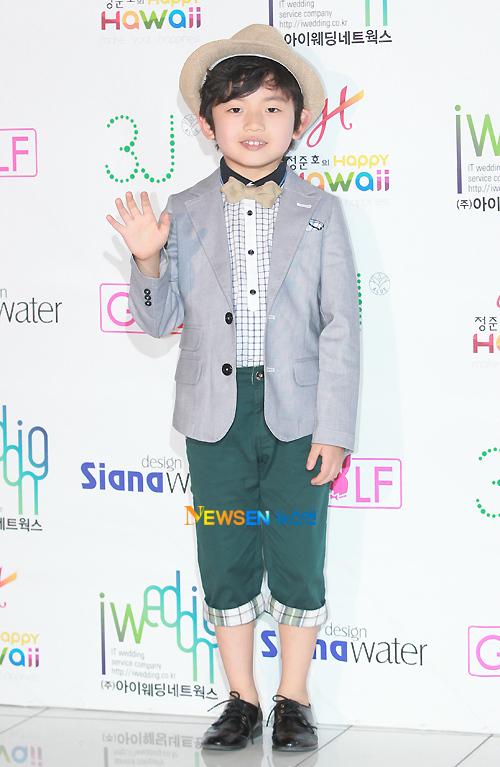 Bé Wang Suk Hyun.
