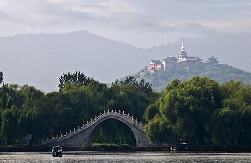 Hồ Côn Minh nằm trong cung điện có diện tích lớn với 6 chiếc cầu bắc qua hồ.