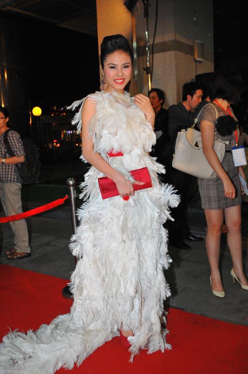 10. Còn Vân Trang xuất hiện với chiếc váy rất đặc biệt, được nhà thiết kế Đỗ Mạnh Cường gắn kết từ hàng ngàn chiếc lông chim. 11. Bộ váy giúp người đẹp của phim Cô dâu đại chiến nhận được nhiều sự chú ý từ quan khách và khán giả. Tuy để hụt mất giải thưởng HTV Awards ở hạng mục Nữ diễn viên chính được yêu thích nhất nhưng Vân Trang cũng nhận được giải thưởng Người diện trang phục đẹp nhất trong đêm. 12. Midu khiến mọi người ngạc nhiên khi xuất hiện với phong cách cosplay. Xem tiếp 13.