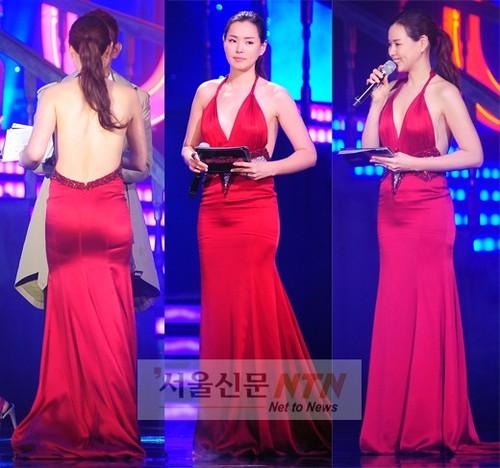 Trong chiếc váy đỏ rực rỡ với những đường xẻ táo bạo, Honey Lee khoe lưng trần mượt mà và đường cong chữ S gợi cảm.