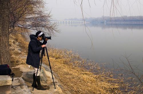 Bạn trẻ say sưa chụp ảnh phong cảnh cung điện và hồ Côn Minh.