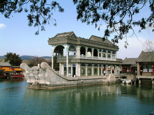 Du khách tới đây có thể đi thuyền ngắm cảnh trên hồ.