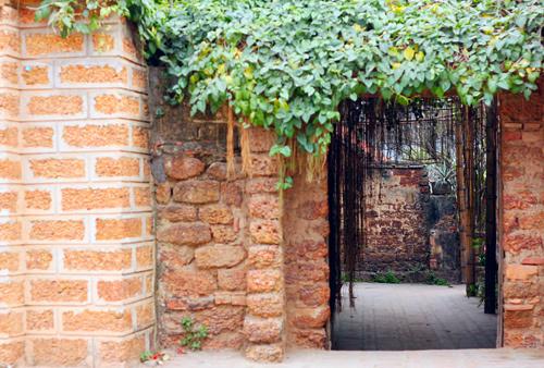 Toàn bộ nhà ở Đường Lâm được xây bằng đá ong.
