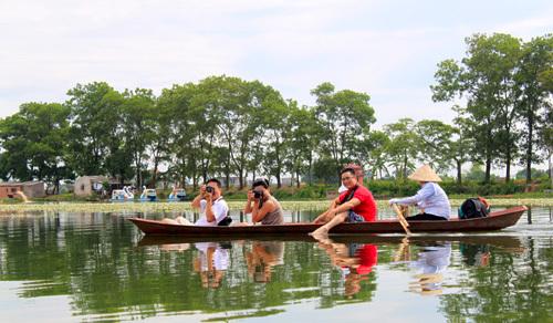 Du khách đi thuyền ngắm cảnh hồ Quan Sơn. Ảnh: Linh Linh.