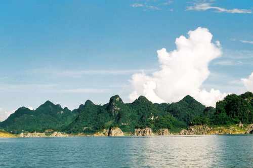 Thung Nai là một vùng hồ rộng lớn nằm giữa thung lũng.