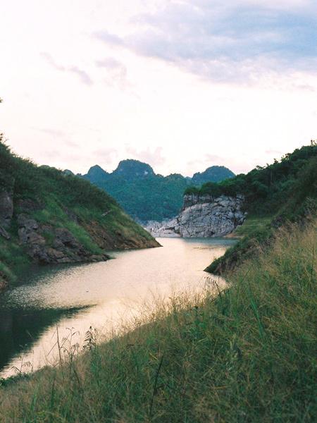 Ánh nắng nắng xuống mặt nước hồ. Ảnh: Bình Minh Mưa.
