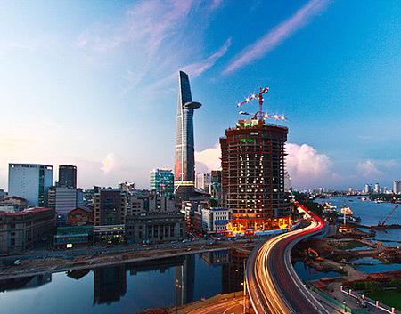 Cao ốc Sài Gòn bắt đầu lên đèn trong chiều chạng vạng. Ảnh: Nguyễn Thế Dương.