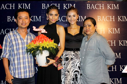 Mẹ con người đẹp Trương Thị May cùng đạo diễn Quý Khang chúc mừng Kim Minh.