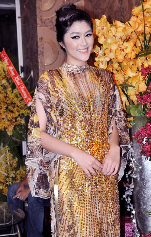 Chân dài Huỳnh Tiên mới 16 tuổi nhưng đã cao 1m80.