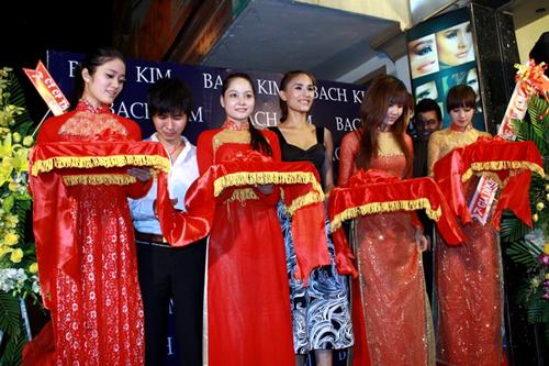 Bà chủ Kim Minh hạnh phúc với sự góp mặt của đông đảo bạn bè, người thân. Bên cạnh lĩnh vực đào tạo người mẫu, công ty của cô cũng phát triển lĩnh vực đào tạo chuyên gia trang điểm.