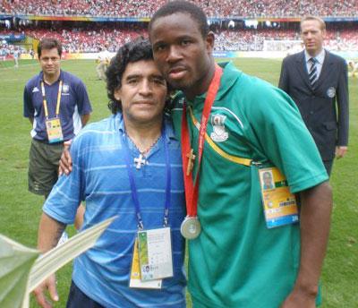 Adefemi chụp ảnh kỷ niệm với huyền thoại Maradona.