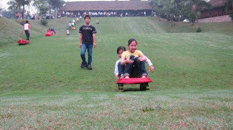 Không gian vui chơi giải trí bao gồm những đồi cỏ xanh mướt, nơi bạn có thể tham tham gia những trò chơi như: trượt cỏ, lăn bóng, xích đu, cầu trượt, đi xe đạp và câu cá sấu...