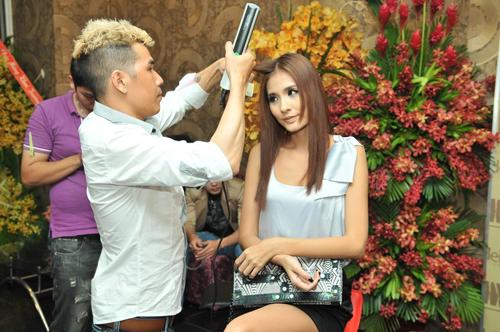Trong khi các đàn em mải mê tạo dáng trước ống kính, Kim Minh vẫn miệt mài làm tóc, trang điểm.