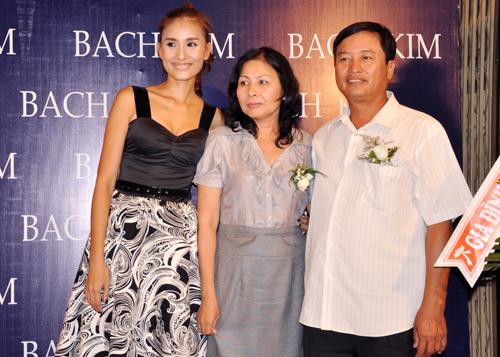 Bố mẹ của Kim Minh cũng xuất hiện để động viên con gái.