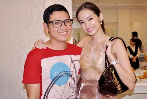 Người đẹp chụp ảnh cùng đạo diễn chương trình 'Thời trang và cuộc sống', Võ Văn Trung.