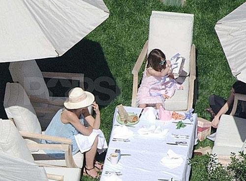 Suri say mê ngồi bóc quà tại tiệc sinh nhật vào ngày 18/4 tại nhà của bé ở Los Angeles.