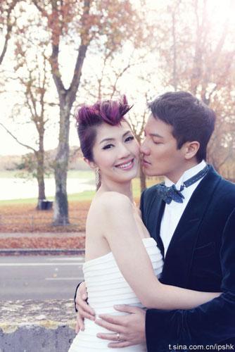 Dương Thiên Hoa và bạn trai lâu năm Đinh Tử Cao kết hôn từ năm 2009 tại Las Vegas, tuy nhiên vì bị ràng buộc các hợp đồng, cô ca sĩ này chưa bao giờ tiết lộ việc làm đám cưới.