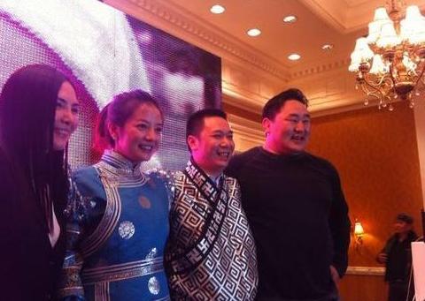 Triệu Vy và Huỳnh Long bí mật kết hôn cuối 2009. Tháng 7/2010, cô sinh con gái đầu lòng.
