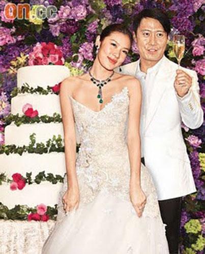 Lê Minh và người mẫu Lạc Cơ Nhi chính thức nên duyên vợ chồng vào tháng 3/2008, tuy nhiên phải một năm sau đó, công chúng mới biết đến điều này.