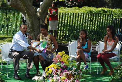 Vợ chồng ông Obama có vẻ rất nhiệt tình những trang truyện tranh