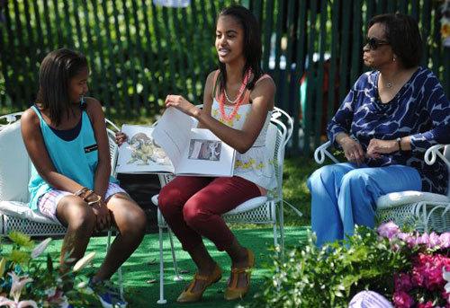 Chị gái Malia cũng tham gia kể chuyện cho các em nhỏ nghe còn cô em Sasha chỉ